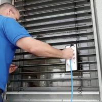 Gebäuderiniger beim Sonnenschutzreinigung https://fensterputzerlauf.de/jalousienreinigung Eckental Altdorf
