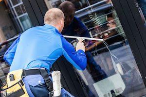 Fenster reinigen eines Schaufensters https://fensterputzerlauf.de/schaufensterreinigung Eckental Schwaig Nürnberg